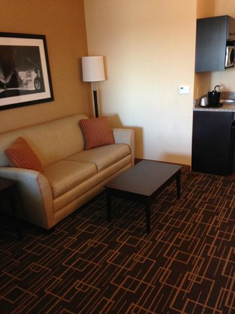 Holiday Inn Express & Suites Jackson Northeast: Comfy sofa & coffee table