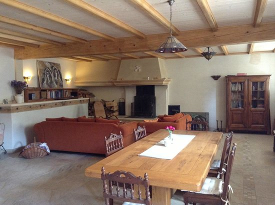 Lè Pelerin : View of the breakfast table and guest common area with comfy couches and fantastic fireplace.