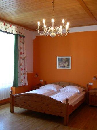 Hotel Unter den Linden: comfortable bed Ikea style