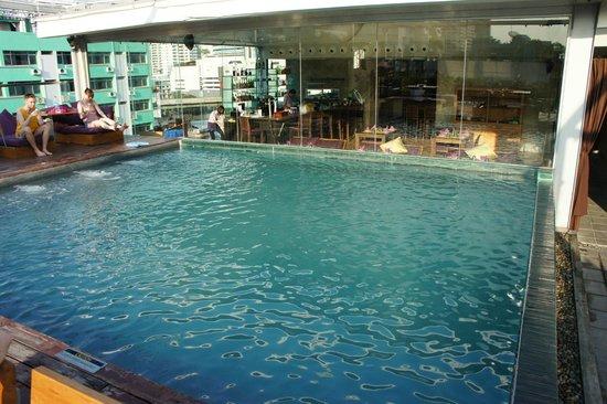 Galleria 10 Hotel Bangkok by Compass Hospitality: piscine