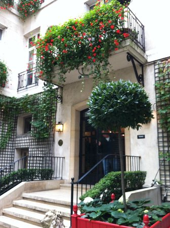 Relais Christine: hotel courtyard