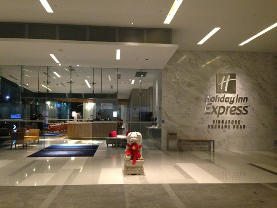 Holiday Inn Express Singapore Orchard Road: bright lobby