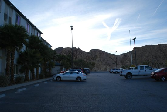 Motel 6 Beatty / Death Valley: view of motel exterior & parking lot, plus nearby mountains
