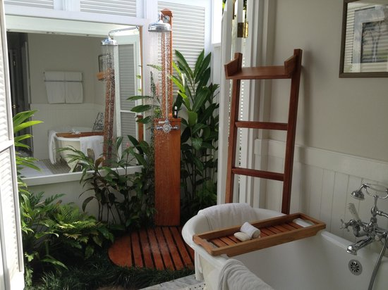 Round Hill Hotel & Villas: Outdoor shower in bathroom