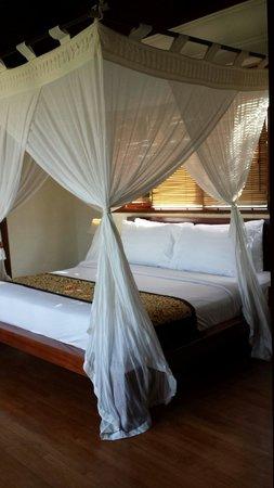 Pat-Mase, Villas at Jimbaran : Bed with mosquito net.