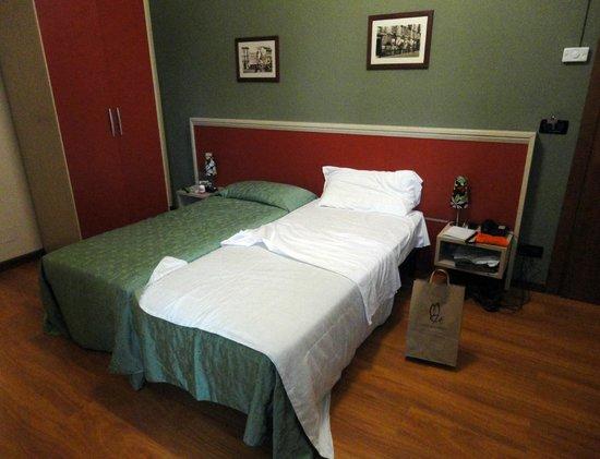 Hotel Dock Milano: Dos camas chicas juntas. Fundamental el ropero