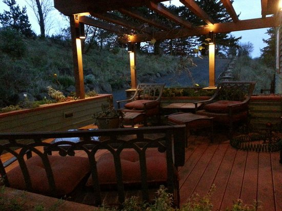 Chehalem Ridge Bed and Breakfast: Front seating area