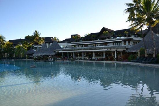 InterContinental Tahiti Resort & Spa : Piscine principale et salle de restaurant