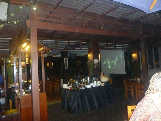 Best Western Kuta Villa : Night dining and its movie night too