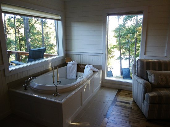 The River's Edge Cottages: Tub with beautiful view