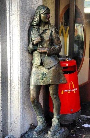 Thon Hotel Bristol Bergen: На 1 этаже отеля - McDonalds и постоянно молодёжь