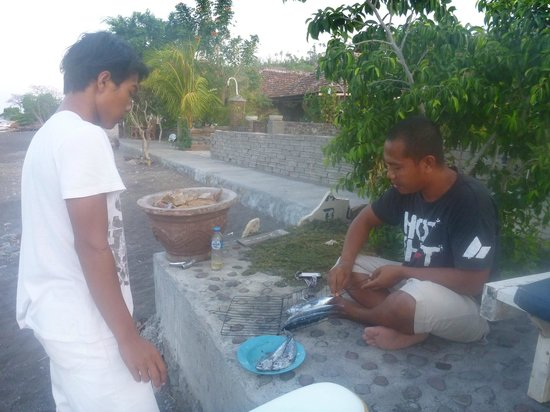 Solaluna Beach Homestay : Gede cooking up fresh fish on the charcoal bbq