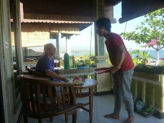 Solaluna Beach Homestay : Breakfast being delivered on the verandah