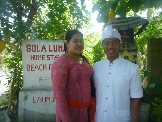 Solaluna Beach Homestay : Gede and his beautiful wife