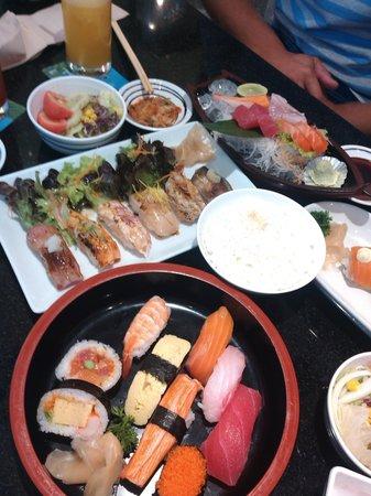 Fuji Japanese Restaurant - Central Festival Phuket: Суши-сэты на столе