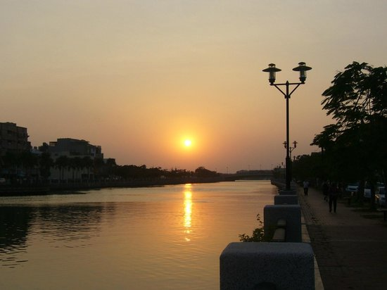 Kindness Hotel - Min Sheng: Sunset view along river  behind the hotel