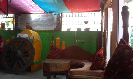 Alobar1000 Hostel : sitting area near the reception