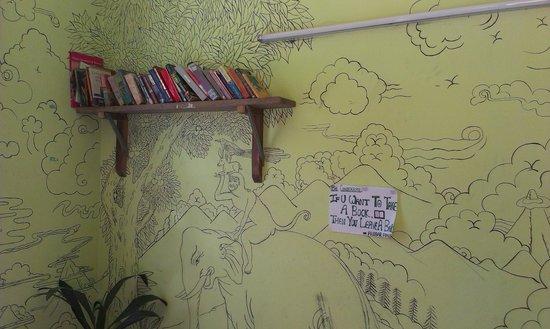 Alobar1000 Hostel : library