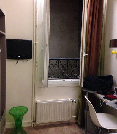 Hotel Cervantes by HappyCulture: La vue sur le béton sale ...