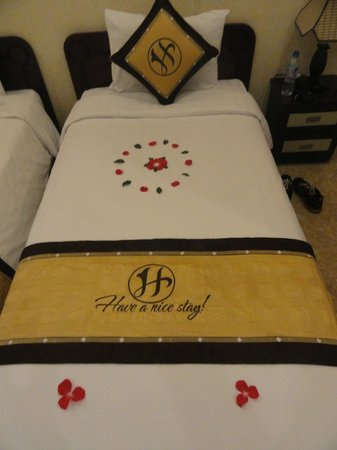 Hanoi Old Centre Hotel: bed decoration