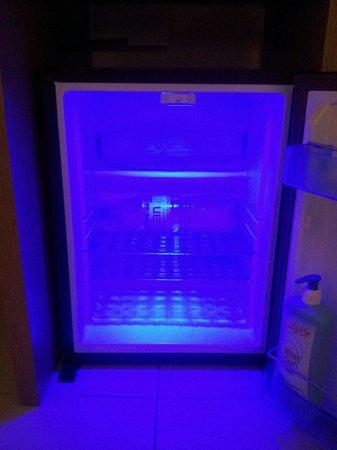 Kn Columbus Aparthotel: neon fridge