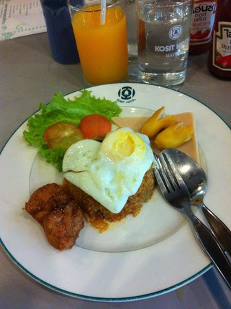 Kosit Hotel: breakfast:orange juice and american fried rice