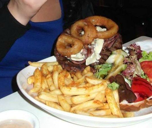 Summer Nights Pub and Grill: Pub Blue Burger :D