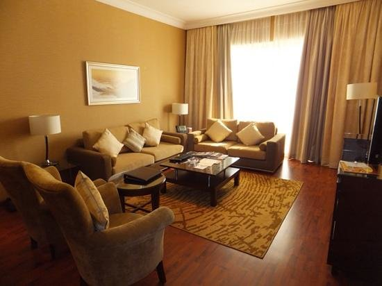 Grand Millennium Dubai: living room