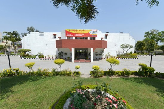 Neelkanthi Yatri Niwas: Front View of Resort