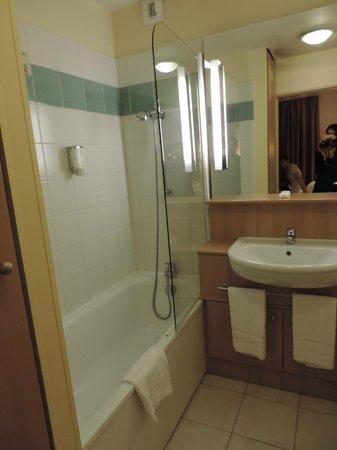 Citadines Didot Montparnasse: Baño (muy buena ducha y tendedero retráctil)