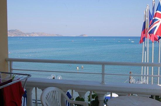 Denise Beach Hotel: Вот такой вид открывается с балкона)))