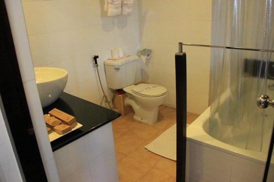 Tourmaline Hotel: Bathroom 2