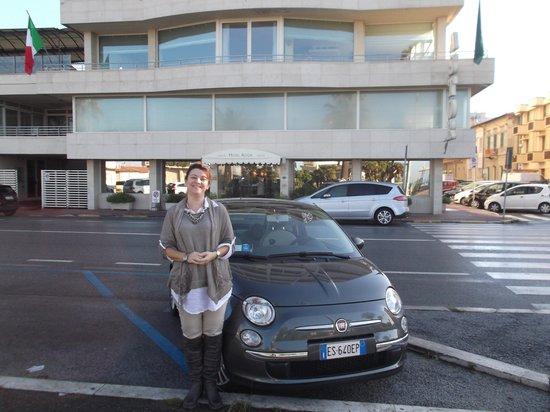 Hotel Astor Viareggio: devant l'hotel avant la fiat 500
