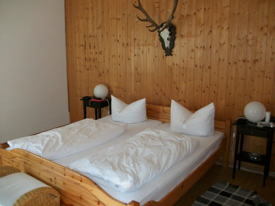 Landhaus Hohe Tannen: Large comfortable bed very rustic