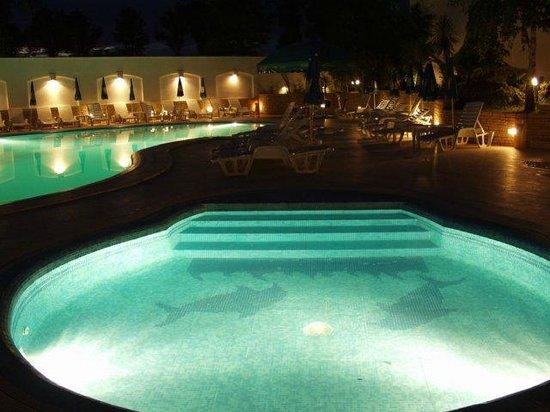 Dana: piscina di notte