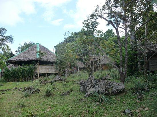 Ecolodge Chez Arol: la salle à manger et des bungalows