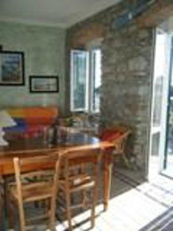 Affittacamere da Cristiana: salone con divano letto matrimoniale, ampio tavolo, due finestre e porta finestra