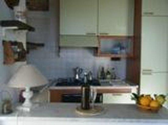 Affittacamere da Cristiana: angolo cottura fornito di tutto il necessario per cucinare