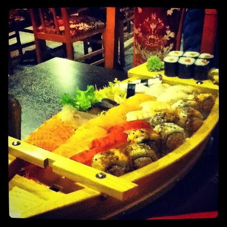 barca sushi maki sashimi foto di giardino d 39 oriente