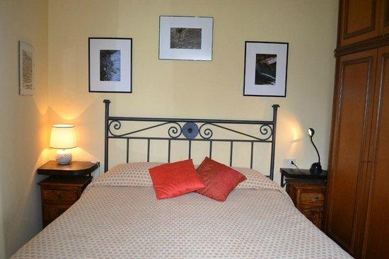 Affittacamere da Cristiana: camera da letto matrimoniale, con tv e vista sul lato montagna (scorcio del paese di San Bernard