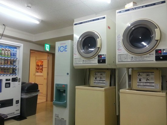 Country Hotel Takayama: Coin operated laundry facilities beside lobby