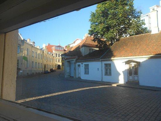 OldHouse Hostel: Окна номера выходят прямо на мостовую старого города