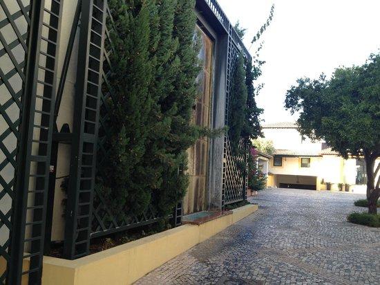 Hotel Lusitano: Зелень и фонтан у входа в отель