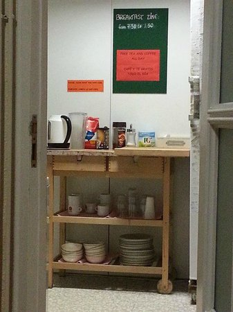 Itaca Hostel: Kitchen with FREE tea and coffee all day!