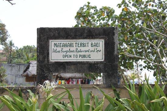 Matahari Terbit Bali Deluxe Bungalows: вывеска отеля со стороны улицы