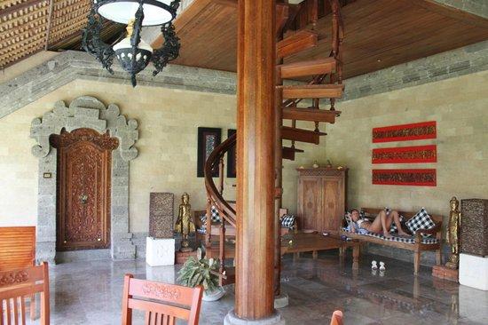 Matahari Terbit Bali Deluxe Bungalows : вход на второй этаж