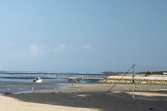Matahari Terbit Bali Deluxe Bungalows: пляж - отлив (практически все время)