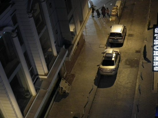 Laleli Gonen Hotel: Вид на торговую улицу