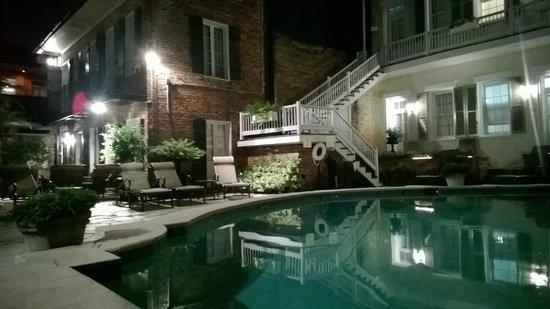 Chateau Hotel : Вечер у бассейна