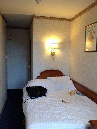 Atlanta Hotel : Кровать, сразу за ней ванная